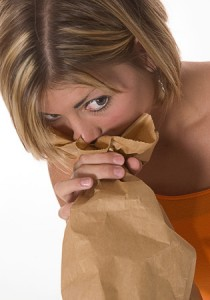 chica-respirando-dentro-de-bolsa